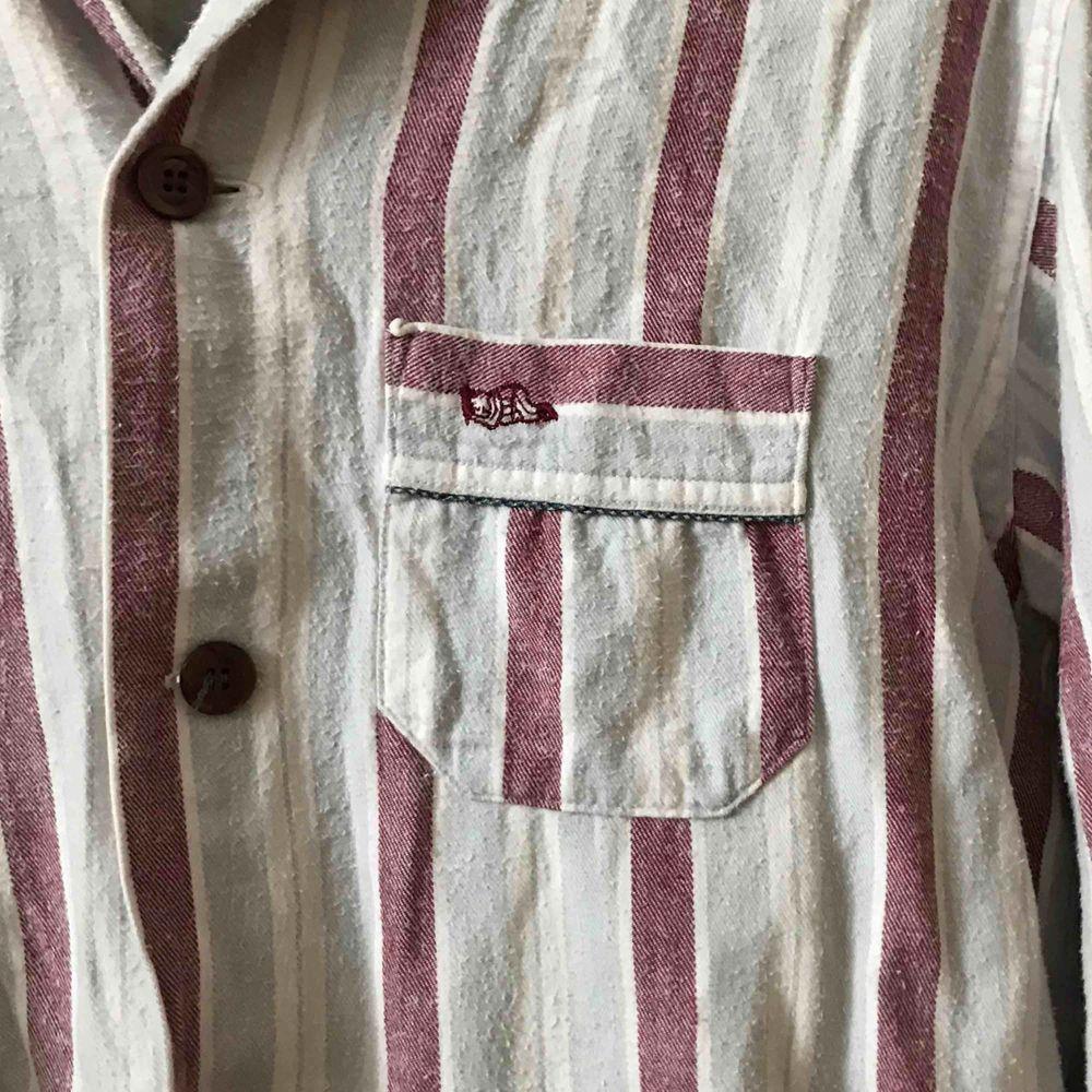 Skjorta med fina färger. Köparen står för frakten. Kan även mötas upp i Stockholm . Skjortor.