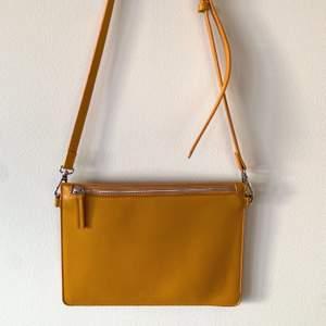 Gul somrig väska från Carin Wester i fint skick. Köpare står för frakt.