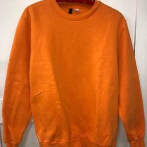 Superbekväm, orange H&M tjocktröja. Använd fåtal gånger. Storlek: M