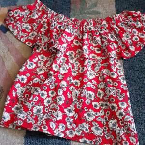 En supersöt blommig tröja använt typ 3 gånger:) Frakt INGÅR redan i priset:)