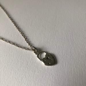 Halsband med hjärtformat lås. Knappt använt! Frakt kostar 11kr ❣️