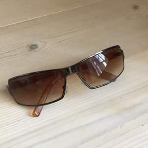 Funderar på att sälja mina y2k solglasögon! sjukt cool form, buda i kommentarerna! man måste buda minst 10kr mer än den tidigare budaren. Budgivningen avslutas när inget budat högre på 24h🥰 Frakt tillkommer