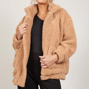 Oversized cozy teddy jacket! Beautiful beige colour that goes with everything! Super thick and warm, perfect for cool swedish days. Used, in good condition!