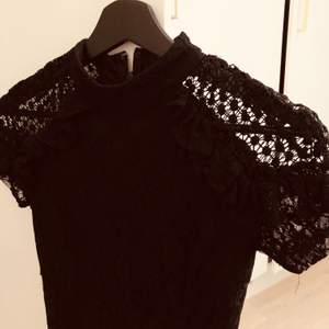 Denna klänning är så jävla fin. Den sitter helt perfekt på kroppen och detaljerna är så himla fina på den. Har använt den 3 gånger och varje gång har jag fått så mycket komplimanger om den! Köparen står för frakten som är 44kr.