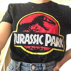 Säljer den här jättesnygga Jurassic Park tröjan knappt använd. Säljes på grund av att jag inte använder den tillräckligt, original pris 150. ✨✨ buda i kommentarerna