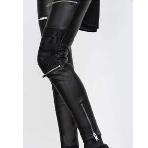 En av zaras populäraste höst läder byxor. Storlek M. Ända defekten är att materialet där ett bälte kan sättas igenom har dragits ut. Men går att använda bälte som vanligt!