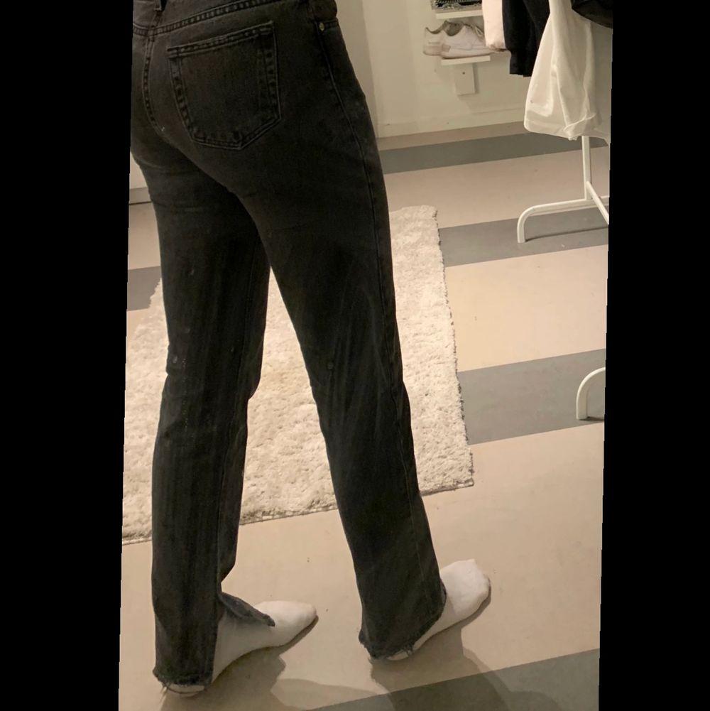 Jättesnygg jeans med slit (köpta här på plick) som tyvärr blivit för små. Skriv om du är intresserad. 250kr+50kr frakt. Jeans & Byxor.