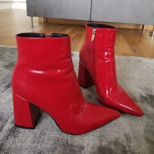 Pointed toe ankle boot från public desire. Använda och har därför lite märken på insidan och i tån.
