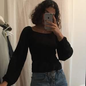 Topp, i prima skick, lite öppen rygg och pösiga armar. :-) jag bär vanligtvis XS i toppar men passar även mig. 💕