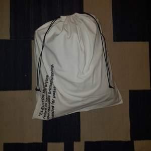 Äkta OFF WHITE bag, helt oanvänd och inga fläckar eller defekter