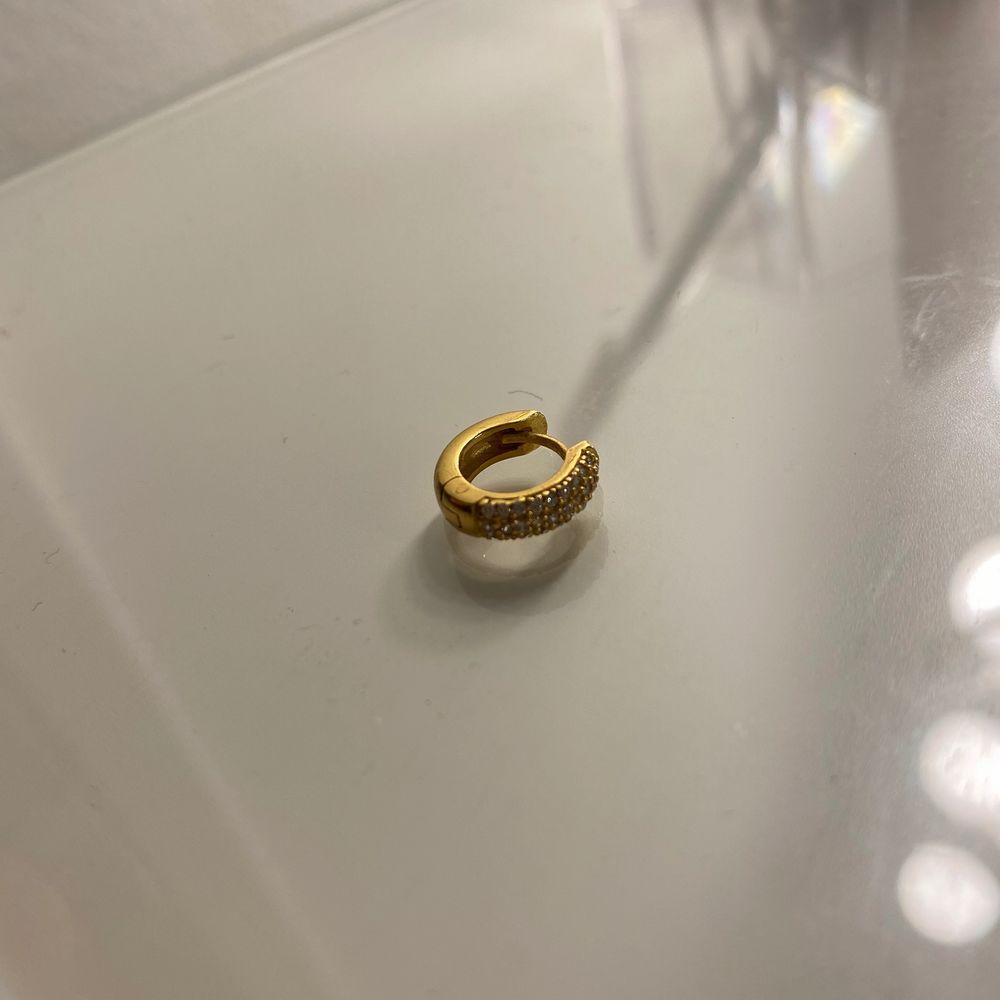 Säljer detta örhänge i 18 karat från safira. Tappade bort det andra tillhörande örhänget och därför säljer jag detta. Örhänget är väldigt litet o kan därför bäras ihop med andra örhängen❤️ använda ca 10 gånger. Accessoarer.