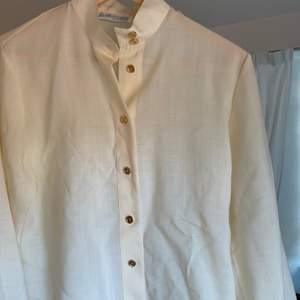 Elegant blus/skjorta. Väldigt bra kvalitet! 😍 fraktar eller möts upp 🌸