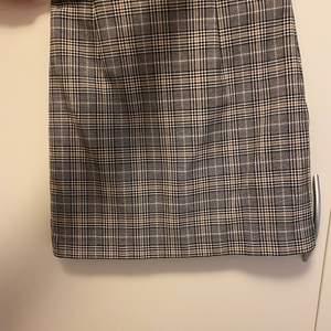 En snygg och skön kjol väl använd men ändå i perfekt skick! 63 kronor i frakt tillkommer!