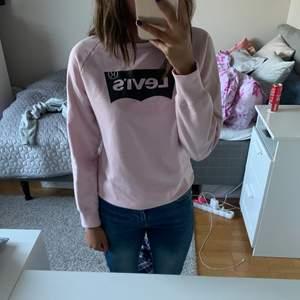 Fin tröja från Levis använd väl dock inte synligt!storleken är i barnstorlek men passar en xs/ liten s. frakt tillkommer på 50kr, priset kan diskuteras💕