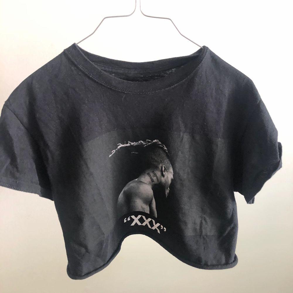 Svart XXXtentacion tshirt från HotTopic som ja croppat! Storlek S/M✨ Säljer för att den inte passar min stil längre :/💘 kontakta mig vid frågor xx. T-shirts.