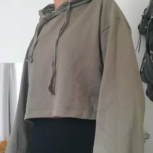 Croppad hoodie men vida ärmar. Använd fåtal gånger, fint skick. 160 kr inklusive frakt