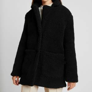 Säljer min svarta vinterjacka/kappa i mysigt material. Använd men i mycket bra skick! 💞