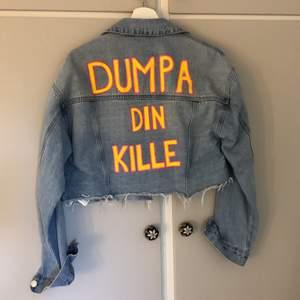 """Cropped jeansjacka med målat motiv """"dumpa din kille"""". Jackan är köpt från forever 21 i stl M men passar mig bra som brukar ha en mindre storlek. Köpare står för frakt!"""