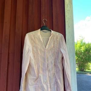 En fin skjorta som jag säljer pågrund av att jag aldrig använt den. OBS den är skrynklig för att den legat i en påse länge. Betalning sker via swish och kunden betalar frakten✨✨✨