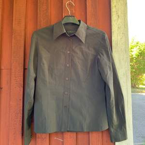 """En superskön skjorta från Jaqueline de Young. Kan användas som en tunn """"jacka"""" eller knyt den i midjan eller som den är! Världens skönaste material! I storlek S. Säljer pågrund av förliten! Betalning sker via swish & kunden står för frakten✨✨✨"""