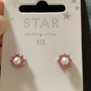 Ett par rosa gulliga örhängen som aldrig användts förut💞