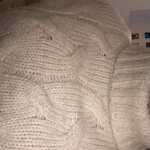 stickad tröja från zara? storlek,vet inte exakt men passar en xxs-xs. bra skick och kvalite ☺️ bättre bilder finns. frakt blir 30!