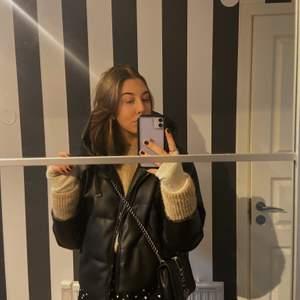 Säljer nu min vinterjacka från Zara som köptes förra året, använd under förra vintern men ser absolut inte sliten eller använd ut. Storlek M💕