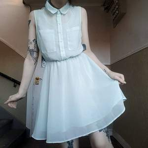 Supergullig pastellblå klänning!✨ knapparna är äkta om man kan knäppa upp dom och ha den öppen om man vill hihi fickorna på framsidan är också äkta! Storlek 38 70kr