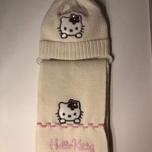 Jättefint hello kitty set med mössa och halsduk💞 Perfekt nu till vintern! Allt är helt oanvänt och har inga defekter. Har tyvärr inte använts av mig då jag redan har 2 likadana set i andra färger🥰 Först till kvarn eller budgivning om många är intresserade