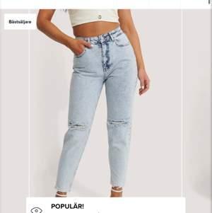 Säljer dessa NA-KD jeans då jag råkade beställa dem i fel storlek så dem är helt nya! Skit snygga verkligen! Skriv privat för fler bilder eller frågor!