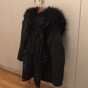 Hej! Nu säljer jag min jacka från jfr som jag har haft i ett år! Kom gärna med bud, kan även tänka mig att byta mot en annan jacka!        Här är fler bilder på jackan         https://www.jfr.se/hooded-jacket-all-black-audrey