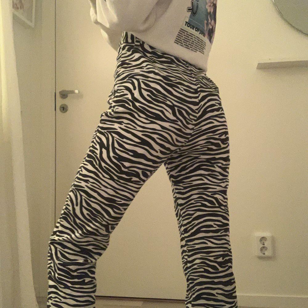 Jättesnygga zebramönstrade jeans💕 de är ganska korta i storleken. Har endast används 1 gång💓 BUDGIVING, startpris 130kr😊 Ledande bud: 140kr. Jeans & Byxor.