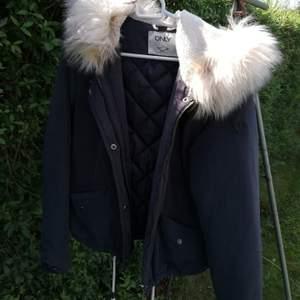Har två stycken likadana jackor, en i XS och en i S. Jättebra skick, som i nyskick. Använd knappt en vinter. Finns snören att dra åt ifall man vill att jackan ska sitta kortare eller tajt. Säljer för 120kr styck + 63kr frakt.