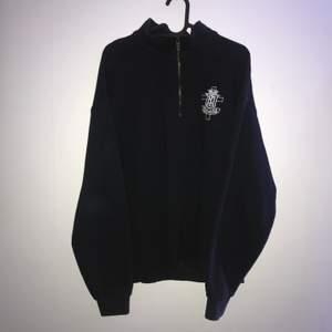 quarter zip tröja som är lite cropped den är L från början men nu är den mer som en boxy M skriv dm för mått eller fler bilder🙏