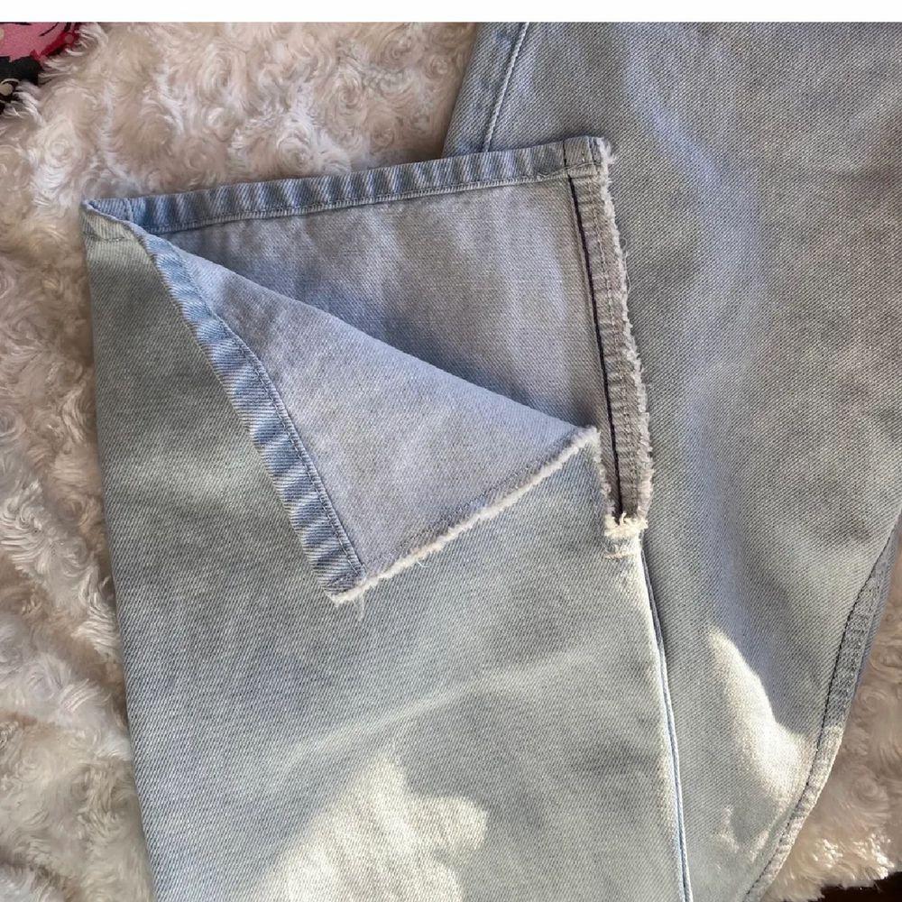 Från weekday, storlek 24, bra längd på mig som e 168❤️ Använda en gång av förra ägaren och bara testade av mig men de va tyvärr försmå💗 kören står för frakt . Jeans & Byxor.