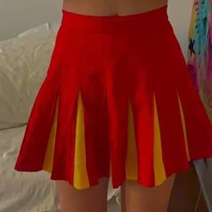 gul och röd kjol från beyond retro, storlek xs/s, inte använd, prislapp finns kvar