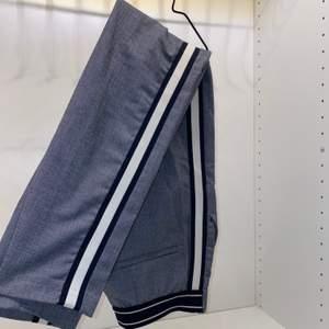 Säljer mina fina kostymbyxor från Zara i storlek XS. Gråa med marinblåa/vita ränder på sidorna💙🤍 säljer för 130kr + frakt.