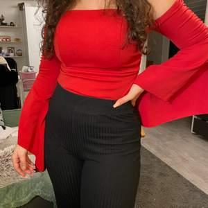 Supersnygg röd topp från boohoo, bara använd en gång. Men eftersom jag klippt av nedre sidan av tröjan (för att det var en body) säljer jag den väldigt billigt. Storlek S-M.