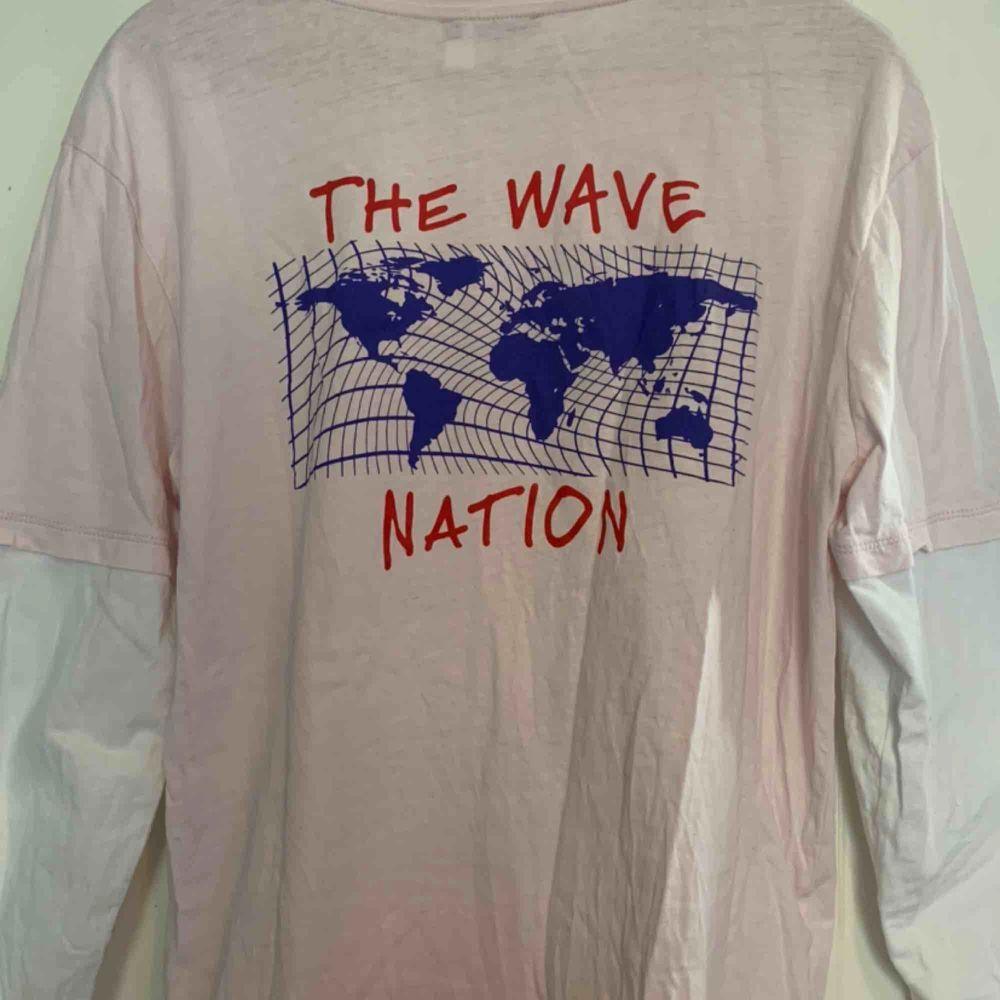 Långärmad tröja från Urban Outfitters med tryck på ryggen och framsidan. Säljer den då den inte används lika mycket längre💞köparen står för frakt . Toppar.