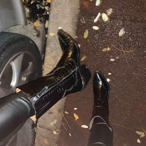 Feeeta cowboy boots köpta på Zara för 1199kr, bekväma o lagom höga