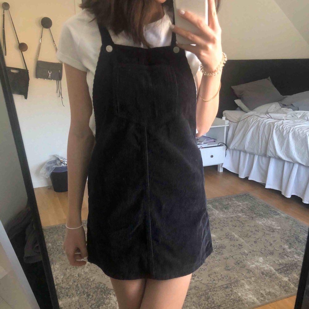 Säljer denna super fina manchester klänningen från topshop! I storlek 34 men passar mig som vanligtvis brukar vara 36. Kan givetvis skicka fler bilder vid intresse 💖. Klänningar.