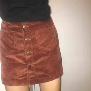 Super fin kopparbrun manchesterkjol från only med knappar och fickor framtill. Använd två gånger. Som ny. Frakt 54kr