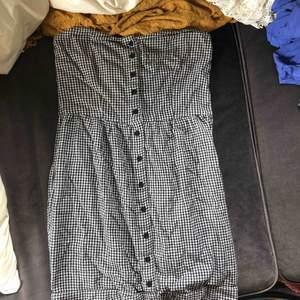 Klänning från Gina Tricot i storlek 34 Axelbandslös