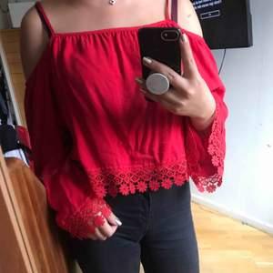 En superfin röd tröja, mycket bekväm! Den är i XS men skulle säga att S också passar. Möter helst upp.
