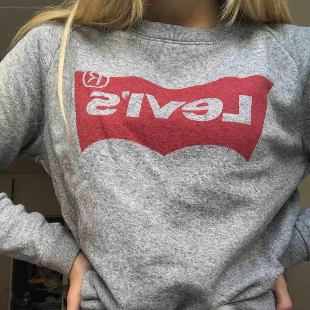 Säljer en helt oanvänd Levi's tröja! Tycker den är skitsnygg men har en liknande så har som sagt inte haft någon användning för den. Köparen står för frakten❤️. Tröjor & Koftor.