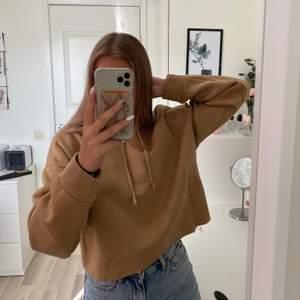Croppad hoodie, använd få gånger. Storlek xs/s. Köparen står för frakten