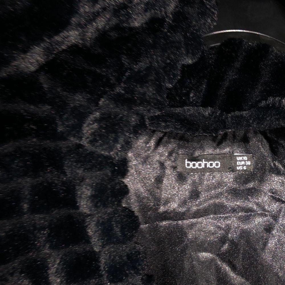 Skön fuskpäls jacka med luva. Riktigt skön material som består av fuskpäls på utsidan och insidan av silke. Storlek 38. Pris 400kr + frakt . Jackor.