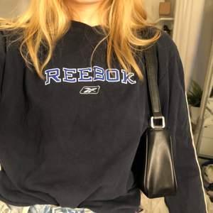 Vintage Reebok sweatshirt i tunnare material. Supersnygg men kommer inte till användning. Lite längre men funkar bra att t.ex stoppa in i byxorna 💫 Köparen står för frakt:)