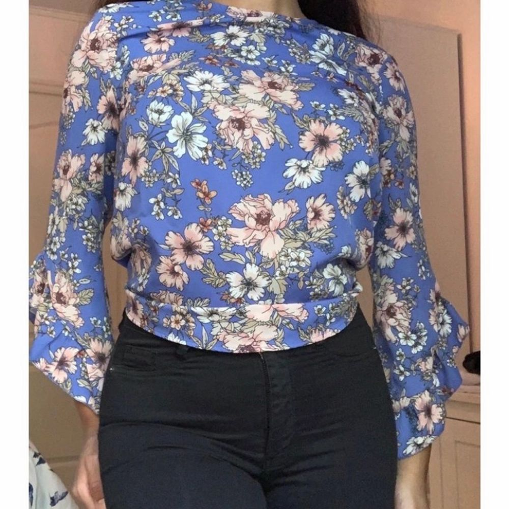 En fin somrig blus från Ginatricot i storlek 34❤️ I bilden är blusen lite instoppad i byxorna. . Blusar.