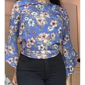 En fin somrig blus från Ginatricot i storlek 34❤️ I bilden är blusen lite instoppad i byxorna.